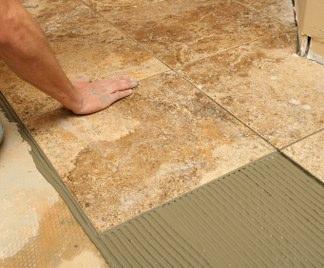 Tenere al caldo in casa posa piastrelle in cemento - Posare parquet flottante su piastrelle ...